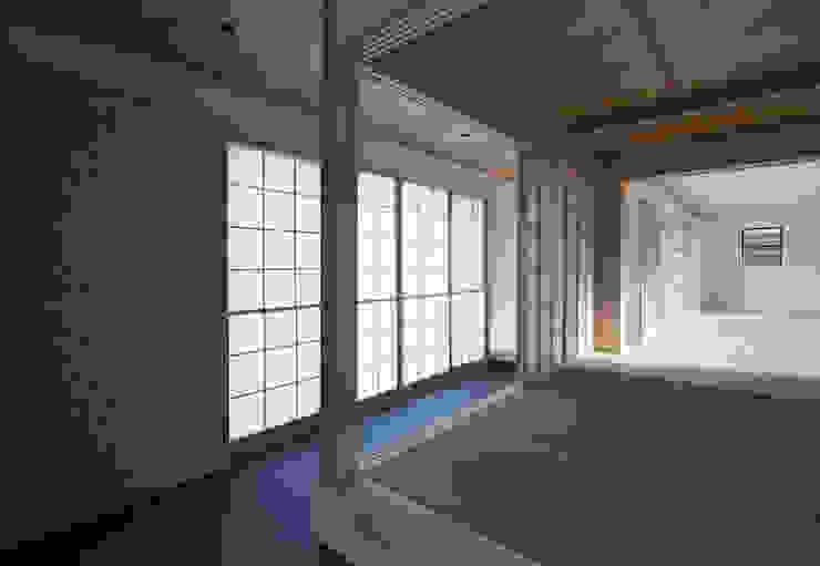 玄関通り土間: ろく設計室が手掛けた廊下 & 玄関です。,クラシック