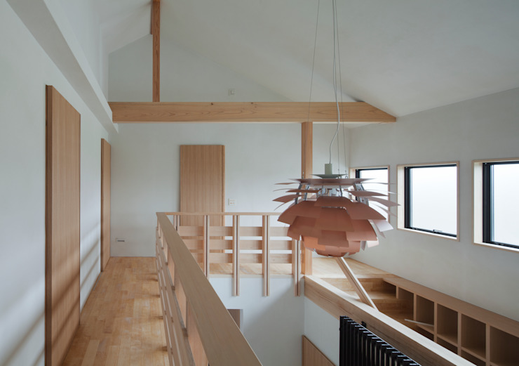 吹抜: ろく設計室が手掛けた廊下 & 玄関です。,クラシック