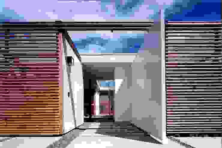 Pasillos, vestíbulos y escaleras de estilo moderno de スタジオ・ベルナ Moderno Madera Acabado en madera