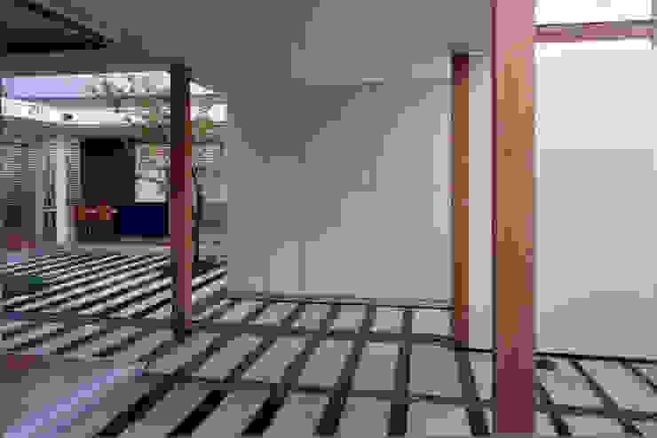 Garajes de estilo moderno de スタジオ・ベルナ Moderno