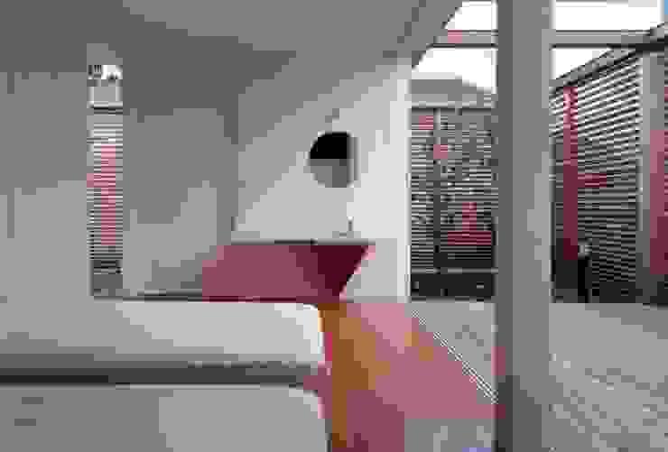 時間と共に形を変えていく モダンスタイルの寝室 の スタジオ・ベルナ モダン