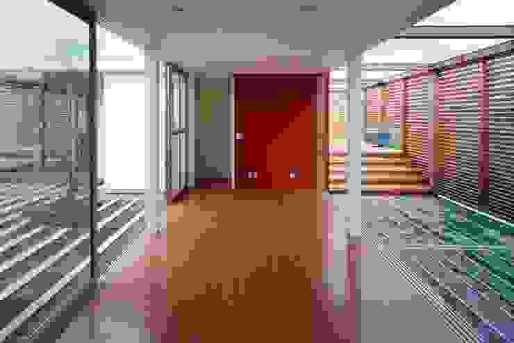 時間と共に形を変えていく モダンデザインの 多目的室 の スタジオ・ベルナ モダン