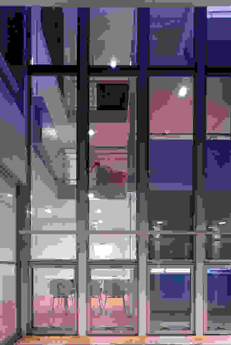 吹き抜けが家族を繋ぐ モダンデザインの テラス の スタジオ・ベルナ モダン 金属
