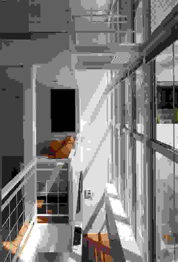吹き抜けが家族を繋ぐ モダンデザインの リビング の スタジオ・ベルナ モダン