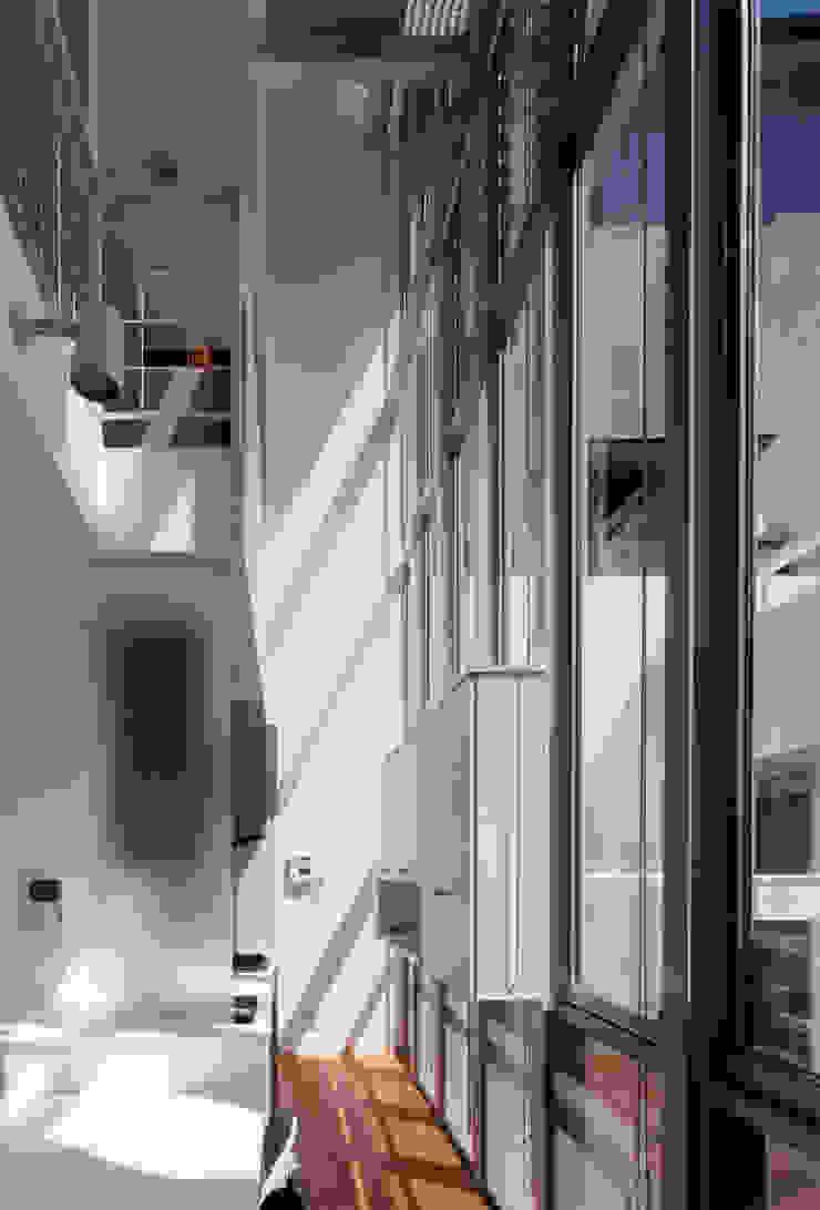 吹き抜けが家族を繋ぐ モダンデザインの ダイニング の スタジオ・ベルナ モダン