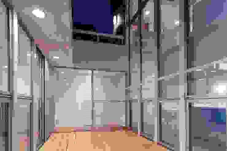 吹き抜けが家族を繋ぐ スタジオ・ベルナ モダンデザインの テラス
