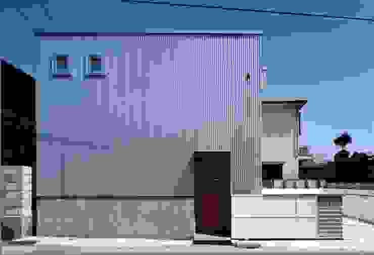 吹き抜けが家族を繋ぐ: スタジオ・ベルナが手掛けた家です。,モダン 金属