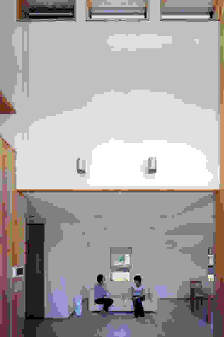 気軽でオシャレに暮らせるリゾート感覚の家 モダンデザインの リビング の スタジオ・ベルナ モダン