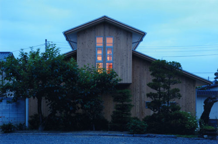 気軽でオシャレに暮らせるリゾート感覚の家 モダンな 家 の スタジオ・ベルナ モダン 木 木目調