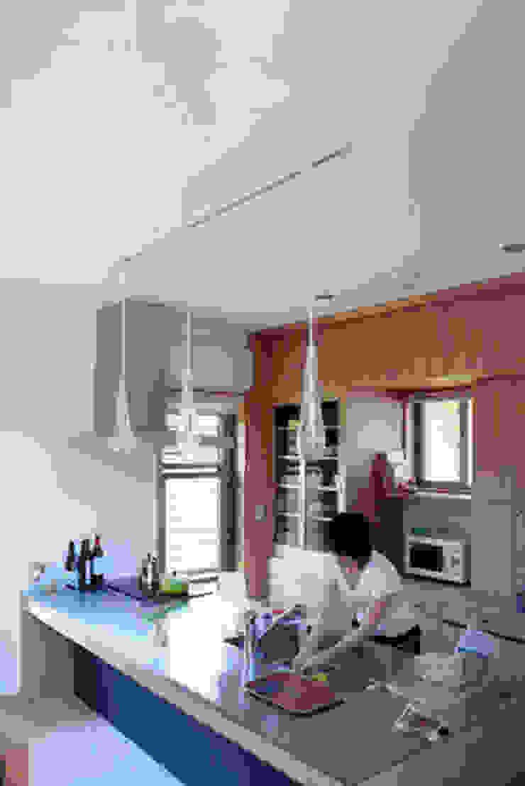 気軽でオシャレに暮らせるリゾート感覚の家 モダンな キッチン の スタジオ・ベルナ モダン
