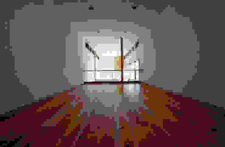 気軽でオシャレに暮らせるリゾート感覚の家 モダンデザインの 多目的室 の スタジオ・ベルナ モダン