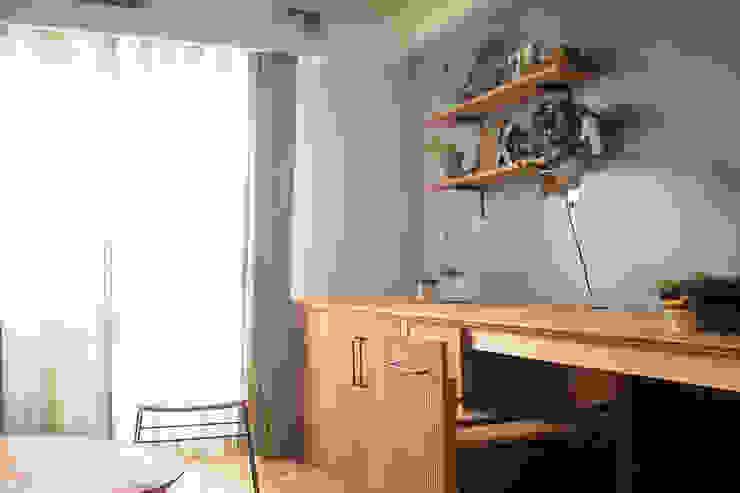 Ruang Keluarga Modern Oleh 株式会社K's建築事務所 Modern Kayu Wood effect