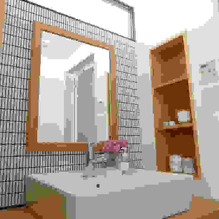 サニタリー: 株式会社K's建築事務所が手掛けた浴室です。,モダン 木 木目調