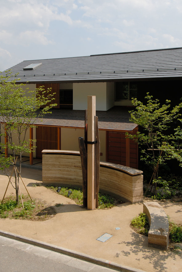 ほっと力の抜ける癒しの家: スタジオ・ベルナが手掛けた折衷的なです。,オリジナル 木 木目調