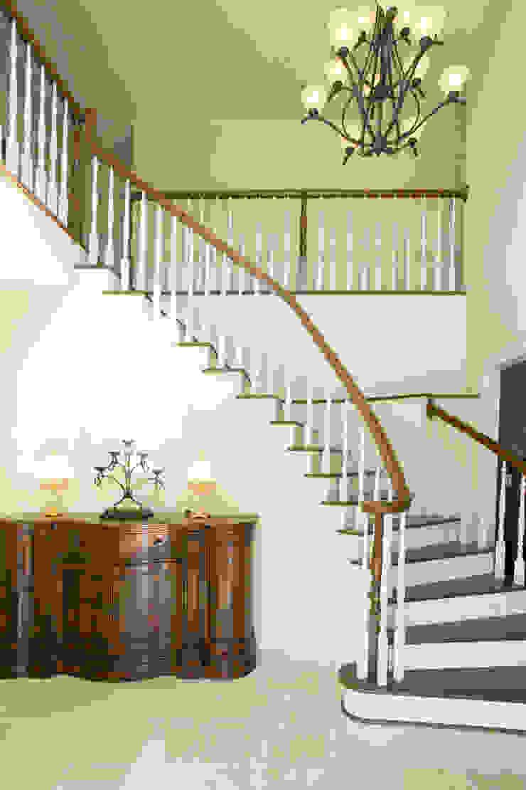 螺旋階段がある吹き抜けの玄関 クラシカルスタイルの 玄関&廊下&階段 の 株式会社Linewood クラシック