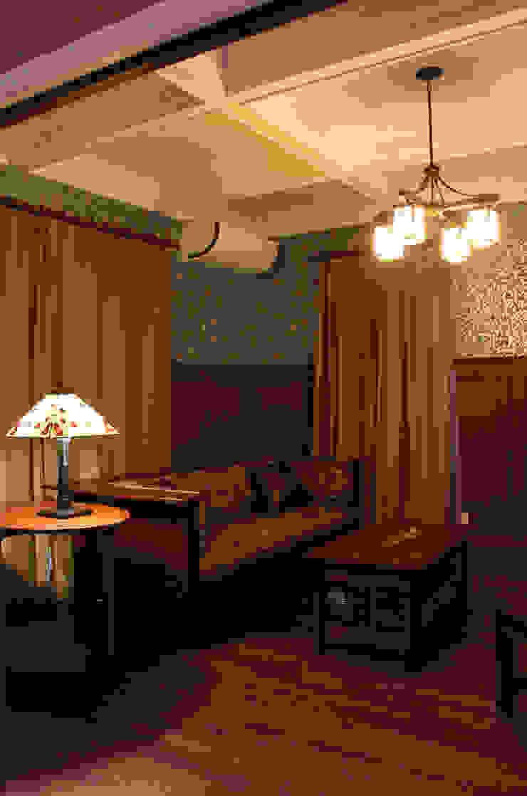 ウィリアムモリスの壁紙とともに過ごすリビング クラシックデザインの リビング の 株式会社Linewood クラシック