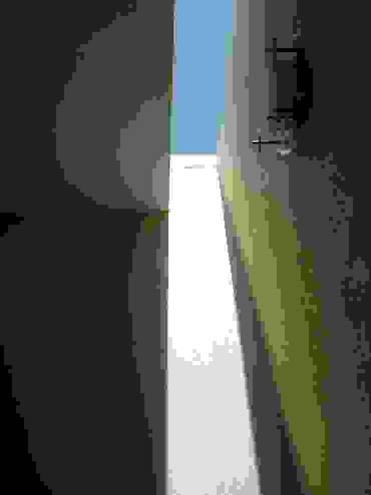 Casa FR Pasillos, vestíbulos y escaleras minimalistas de Flores Rojas Arquitectura Minimalista