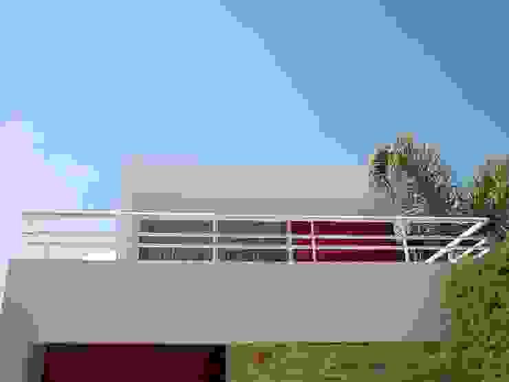 Casa FR Balcones y terrazas minimalistas de Flores Rojas Arquitectura Minimalista
