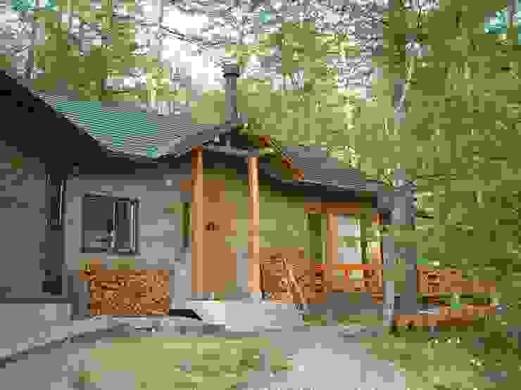 玄関周辺と木製デッキ、カラマツにこだわる 日本家屋・アジアの家 の (有)岳建築設計 和風