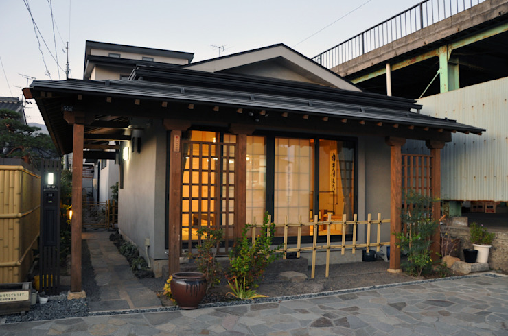 茶室のファサード オリジナルな 家 の (有)岳建築設計 オリジナル