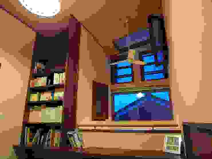 書斎スペースと吹抜 オリジナルデザインの 書斎 の (有)岳建築設計 オリジナル