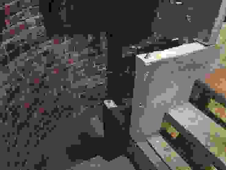 staircase led to the basement オリジナルスタイルの 玄関&廊下&階段 の 伊藤邦明都市建築研究所 オリジナル レンガ