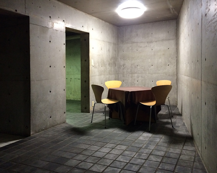 a corner of basement オリジナルデザインの リビング の 伊藤邦明都市建築研究所 オリジナル