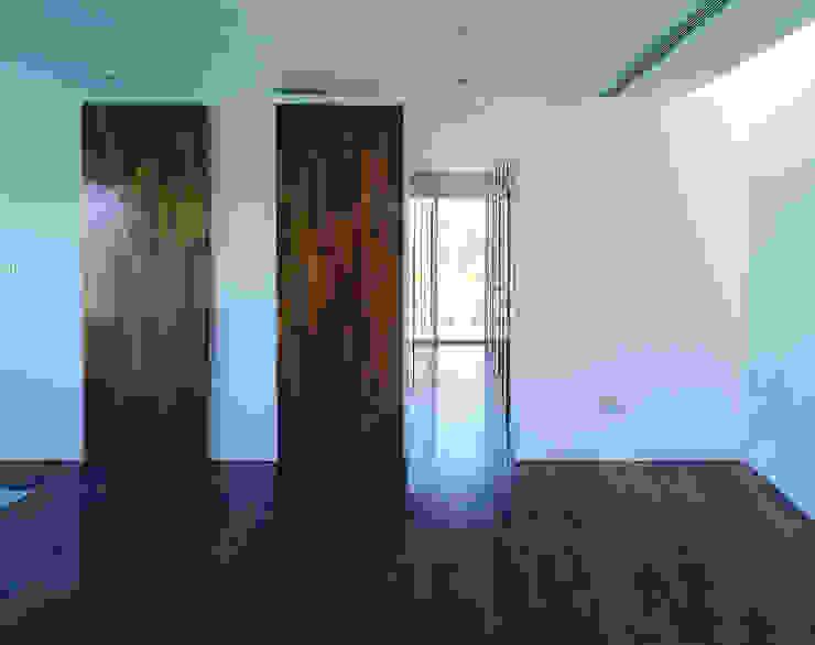 Transformación de cobertizo en vivienda MARTIN MARTIN ARQUITECTOS Salones de estilo minimalista