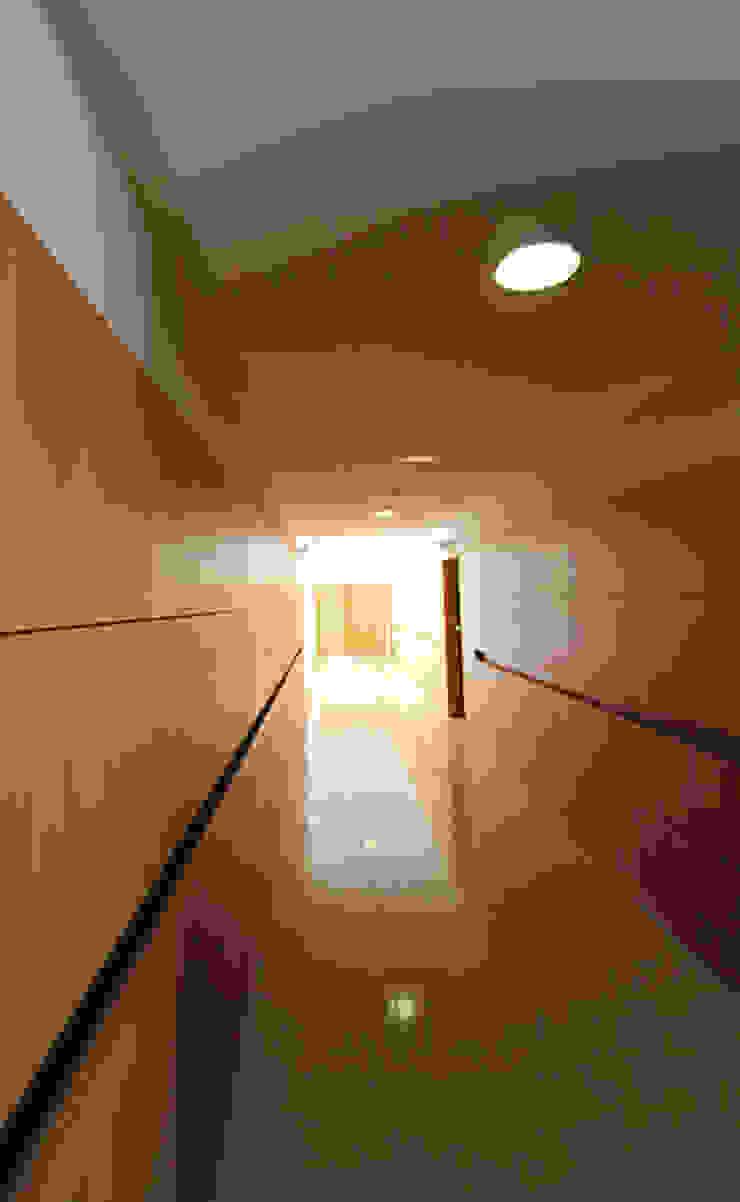 Modern Corridor, Hallway and Staircase by ATELIER DA CIDADE Modern
