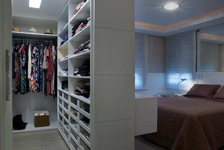 Dressing room by Angela Ognibeni Arquitetura e Interiores,