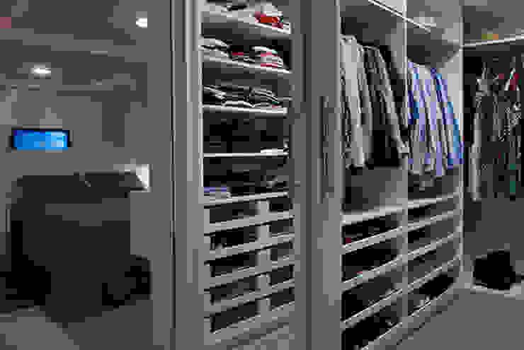 غرفة الملابس تنفيذ Angela Ognibeni Arquitetura e Interiores, حداثي