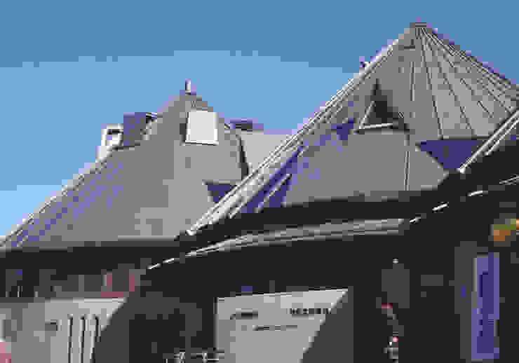 carefully designed roofs オリジナルな 窓&ドア の 伊藤邦明都市建築研究所 オリジナル 木 木目調