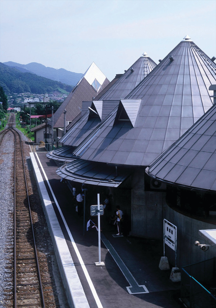 A station combined with library オリジナルデザインの テラス の 伊藤邦明都市建築研究所 オリジナル 金属