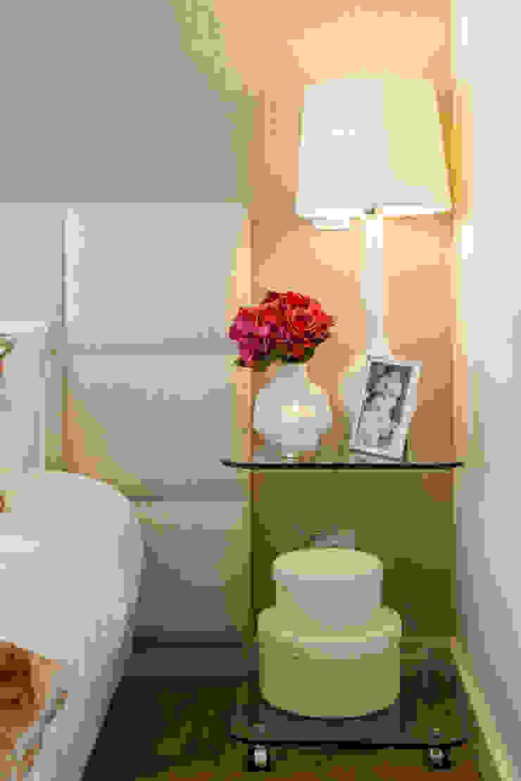 Suite do Casal_pormenor da mesa de cabeceira Quartos modernos por Traço Magenta - Design de Interiores Moderno