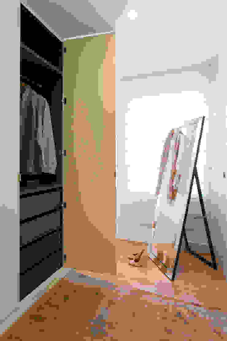 Suite do Casal_Closet Closets modernos por Traço Magenta - Design de Interiores Moderno