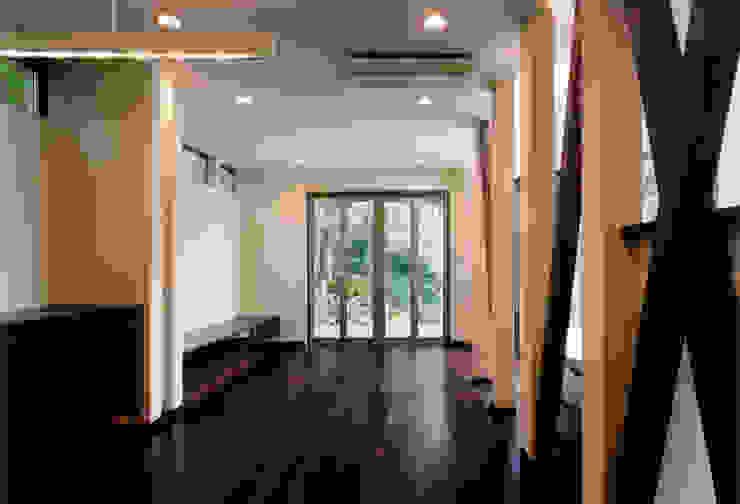 ダイニングからリビングを見る オリジナルデザインの リビング の 豊田空間デザイン室 一級建築士事務所 オリジナル