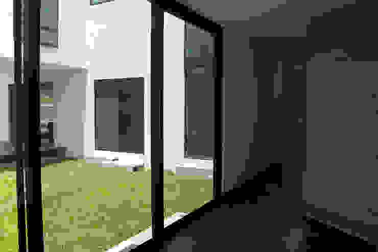 Narda Davila arquitectura Modern corridor, hallway & stairs Marble White