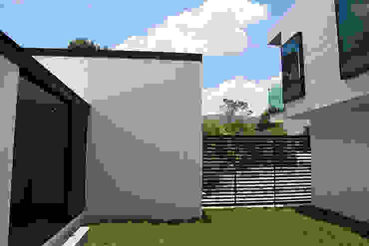 Narda Davila arquitectura Modern houses Iron/Steel White