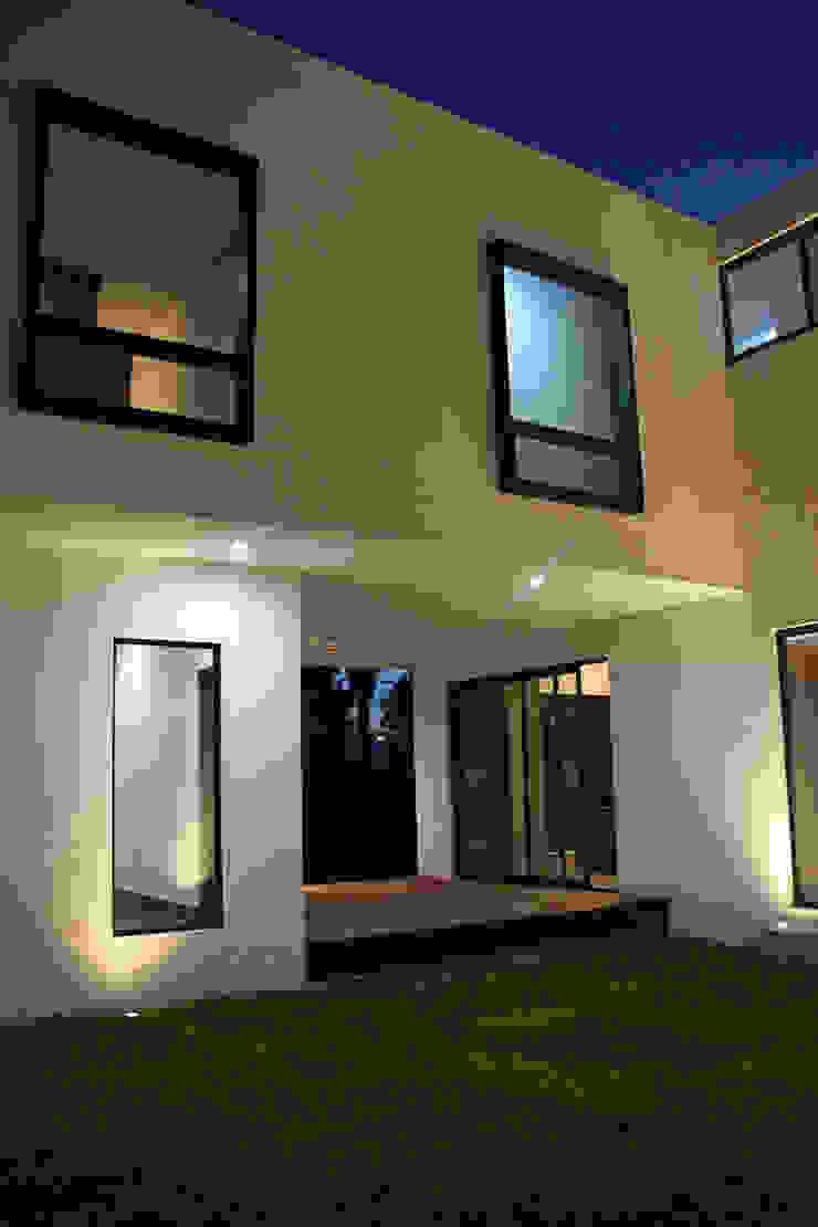 Narda Davila arquitectura Modern balcony, veranda & terrace Wood White