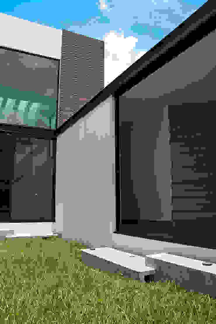 Narda Davila arquitectura Modern corridor, hallway & stairs Iron/Steel White