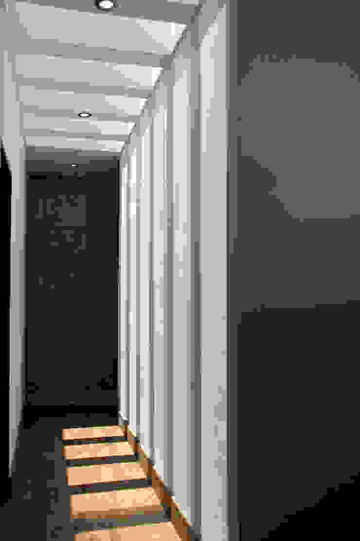 Narda Davila arquitectura Modern corridor, hallway & stairs Wood White