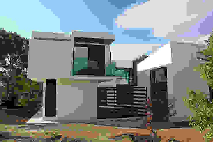 Fachada lateral Narda Davila arquitectura Casas modernas: Ideas, imágenes y decoración Hierro/Acero Blanco