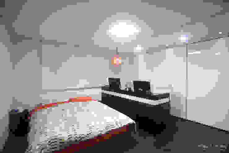 아내가 꿈꾸는 공간, 다이닝룸과 드레스룸이 예쁜 32py 모던스타일 침실 by 홍예디자인 모던
