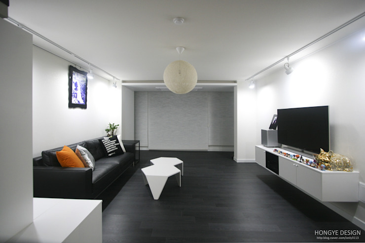 아내가 꿈꾸는 공간, 다이닝룸과 드레스룸이 예쁜 32py 모던스타일 거실 by 홍예디자인 모던