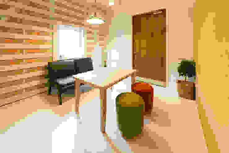 玄関を入ると土足OKのスペースがある 北欧スタイルの 玄関&廊下&階段 の デザインプラネッツ一級建築士事務所 北欧