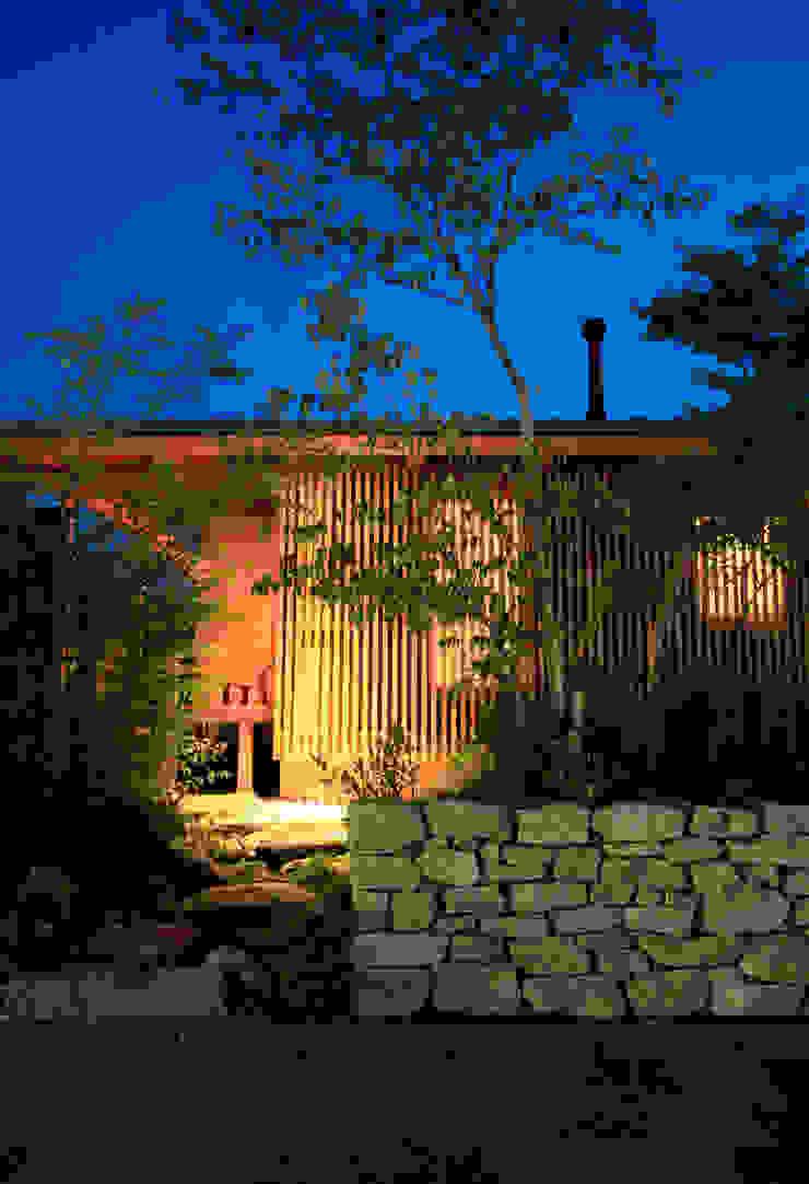 夕景:東側外観 オリジナルな 家 の 株式会社サン工房 オリジナル