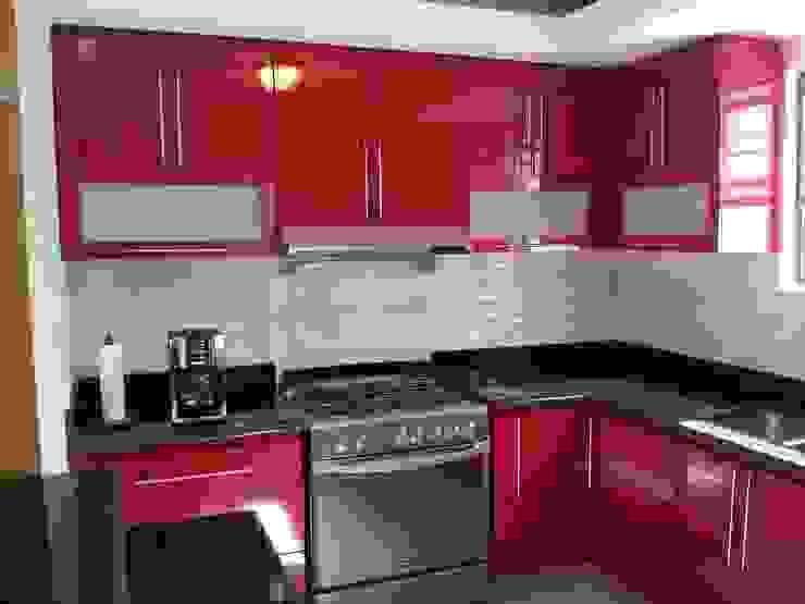 Cocina rojo Alto brillo con cubierta en granito de La Casa del DiseÑo Moderno