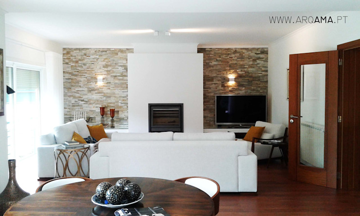 Living room by ARQAMA - Arquitetura e Design Lda,