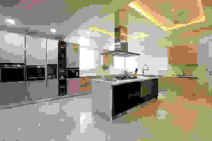 NEMI VILLA Modern kitchen by INNERSPACE Modern
