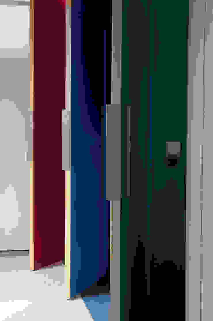 kastenwand met facilitaire ruimtes Moderne gangen, hallen & trappenhuizen van JANICKI ARCHITECT Modern